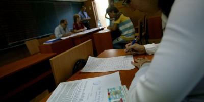 O eleva rezolva subiectul pentru proba orala, la limba romana, a examenului de bacalaureat, in Bucuresti, luni, 26 iunie 2006. La examenul din acest an s-au inscris aproximativ 190.000 de candidati. INTACT IMAGES/Jurnalul National/Karina Knapek